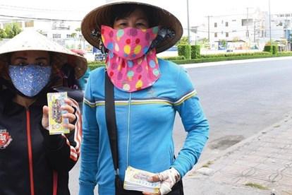 Người Bán Vé Số Tại TP.Hồ Chí Minh Được Hỗ Trợ 750.000 Đồng